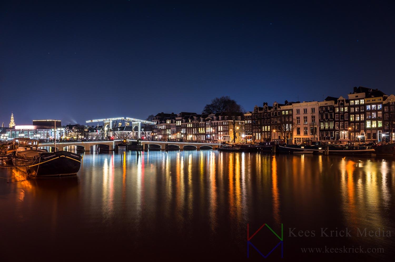 Amsterdam Amstel en de Magere Brug op een heldere winteravond.