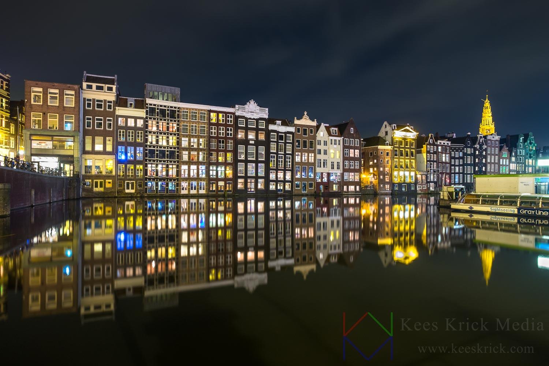 Amsterdam Damrak op een windstille avond.