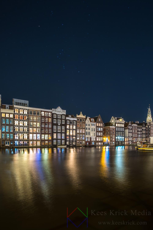 Amsterdam Damrak tijdens nieuwe maan met wintersterrenbeeld Orion.