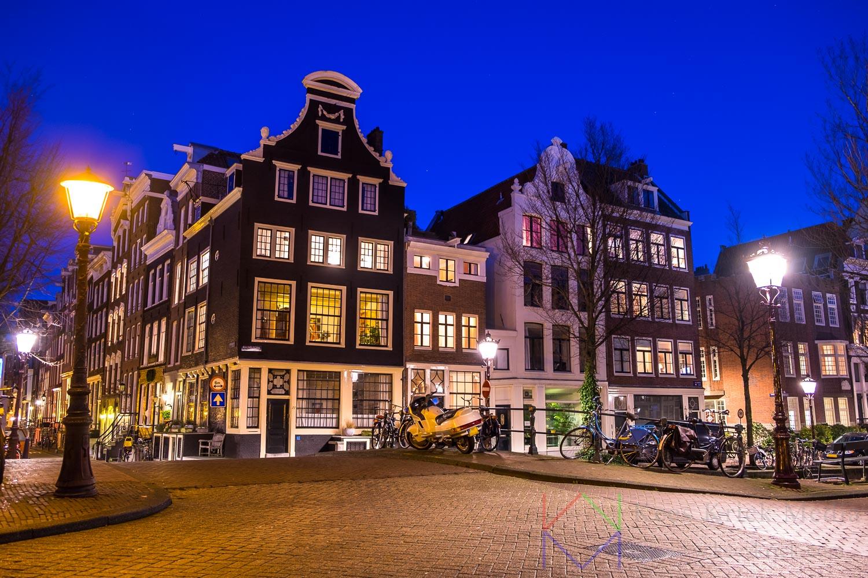Amsterdam Herengracht en Blauwburgwal met grachtenpanden.