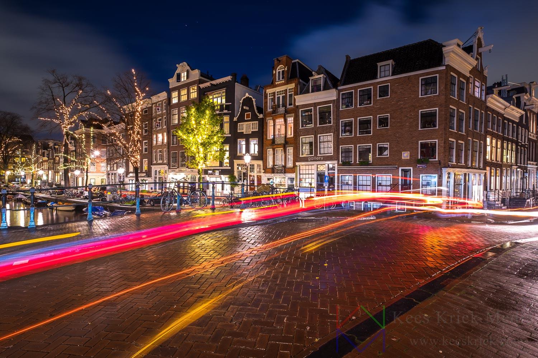Amsterdam Spiegelgracht met lichtstrepen van passerend verkeer.