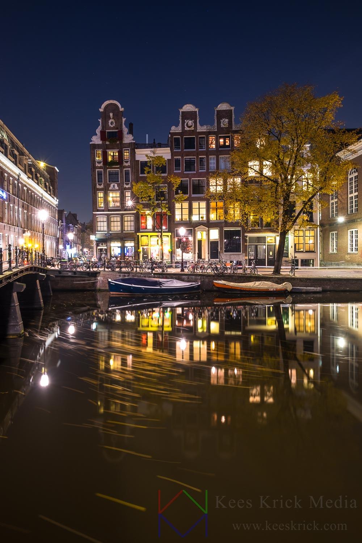 Amsterdam Kloveniersburgwal met drijvende herfstbladeren.