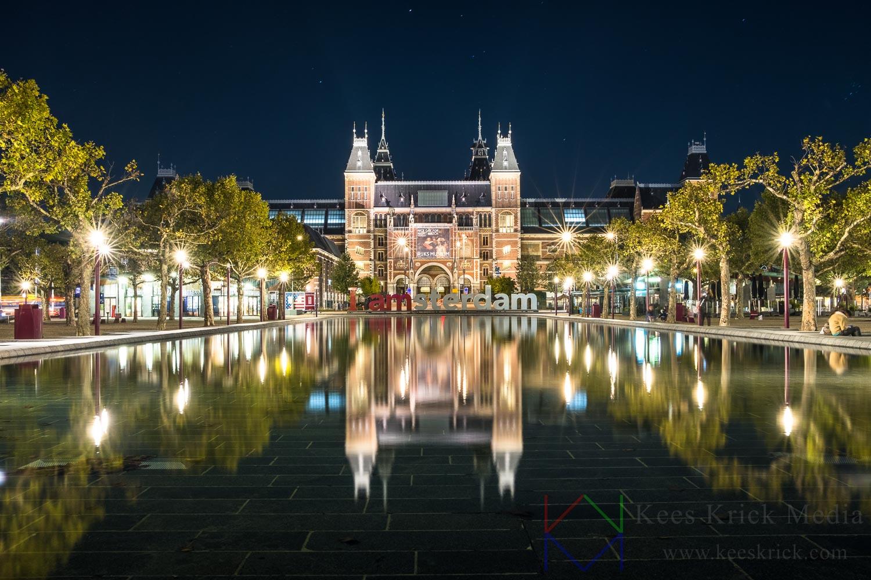 Amsterdam Rijksmuseum met reflectie in de vijver en (toeristenvrije) iAmsterdam letters.