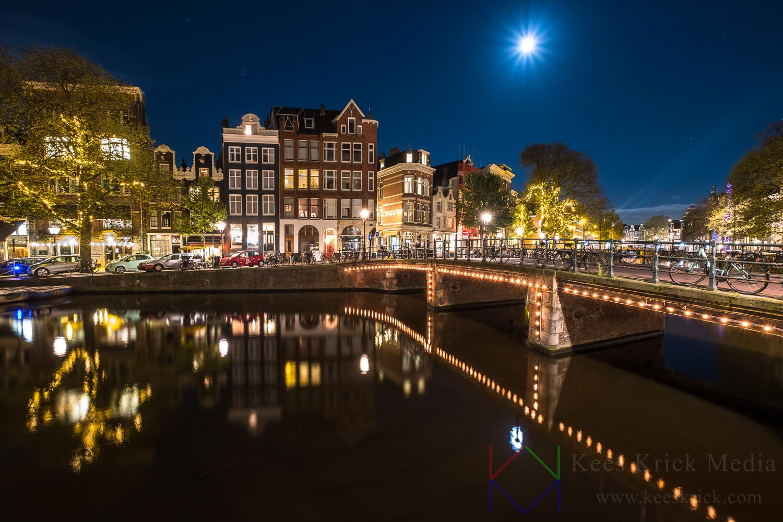 Amsterdam Singel met volle maan.