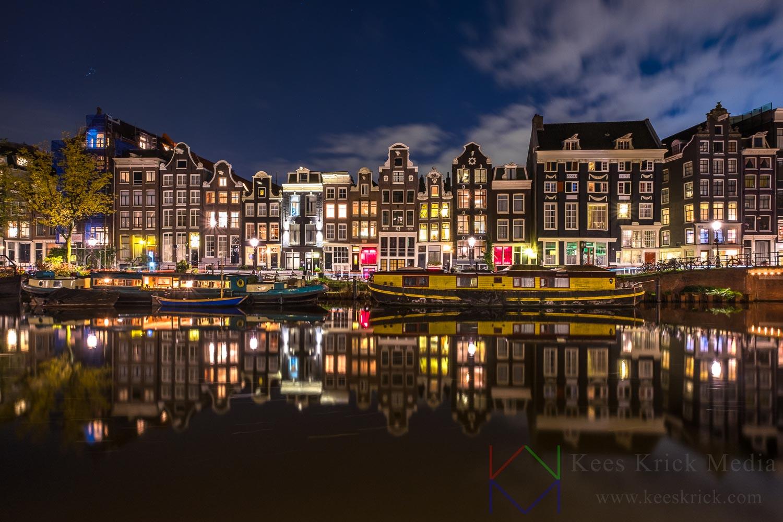 Amsterdam Singel ter hoogte van Blauwburgwal met rode lichten.