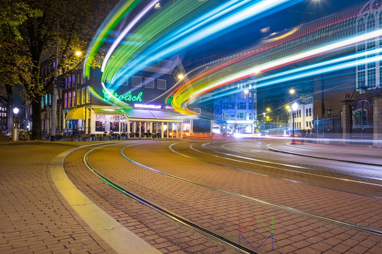 Amsterdam Singel en Spui met lichtsporen van een passerende tram.