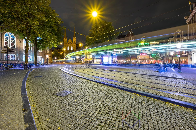 Amsterdam Spui en Singel met lichtsporen van een passerende tram.