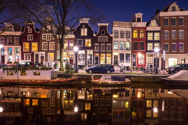 """Amsterdam Spiegelgracht met """"dansende"""" grachtenhuizen."""