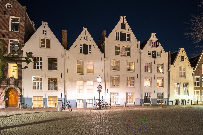 Amsterdam Spui met de witte huisjes van het Begijnhof.