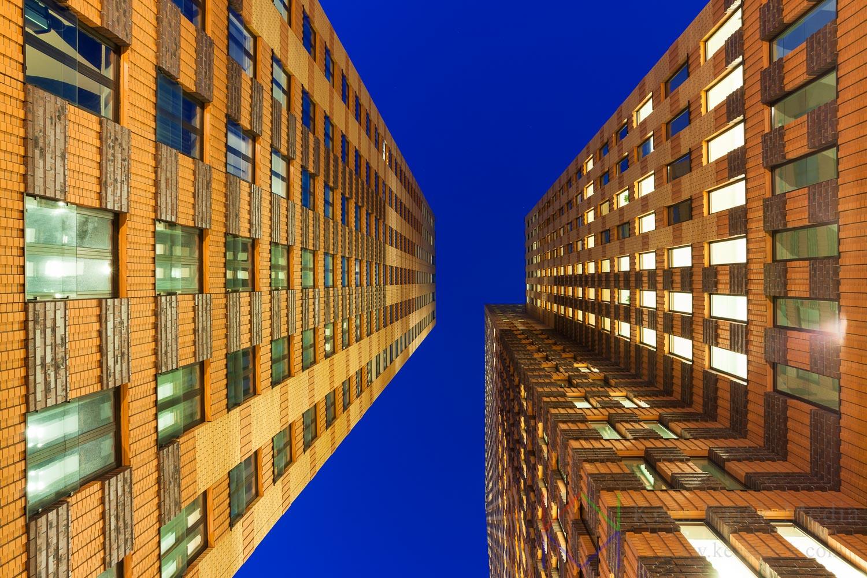 Amsterdam Zuidas skyline tijdens het blauwe uur.