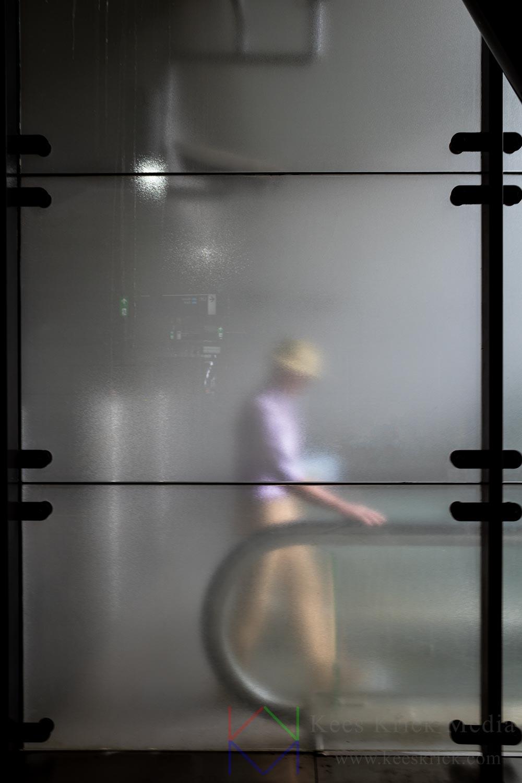 Amsterdam Metro Station Vijzelgracht Reiziger Man Achter Matglas Roltrap met Hoed