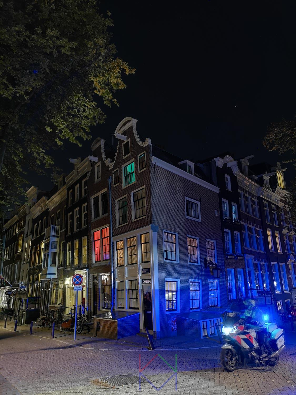 Avondfoto met smartphone in Amsterdam