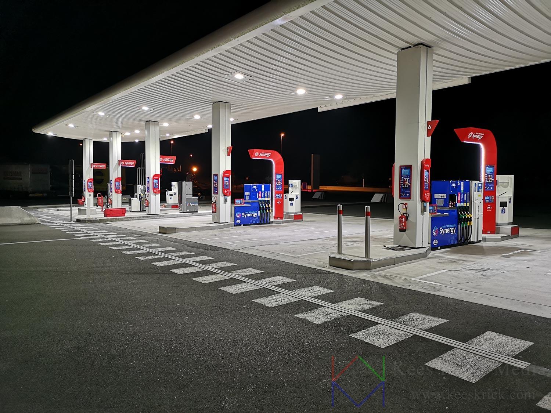 Avondfoto met smartphone in Frankrijk (Normandie / Bretagne) uit de hand, langs de snelweg bij een Esso-Synergy benzinepomp